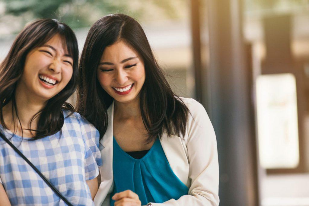 談笑する2名の女性